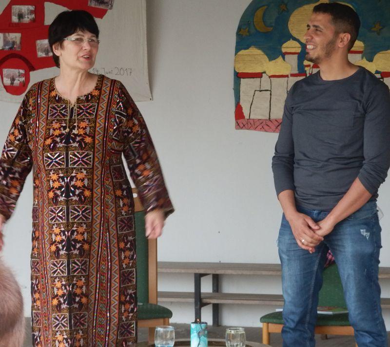 """Frau Schöll und Malak Othman bei ihrer Veranstaltung """"Märchen im Märchengarten am Haus Franziskus in Gernach"""